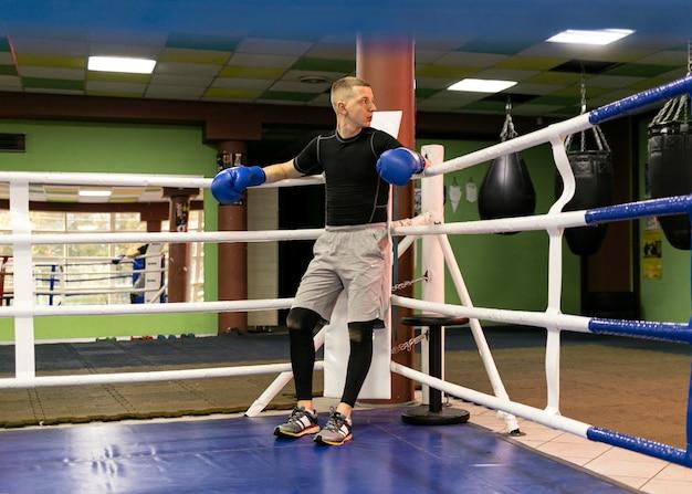 リングに手袋をはめた男性ボクサー 無料写真