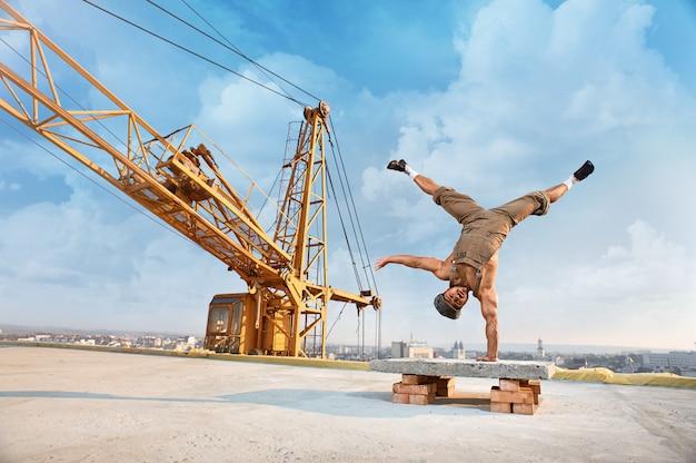 Мужской строитель на строительстве Бесплатные Фотографии