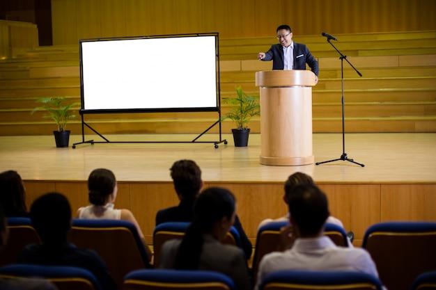Мужской руководитель бизнеса произносит речь Бесплатные Фотографии