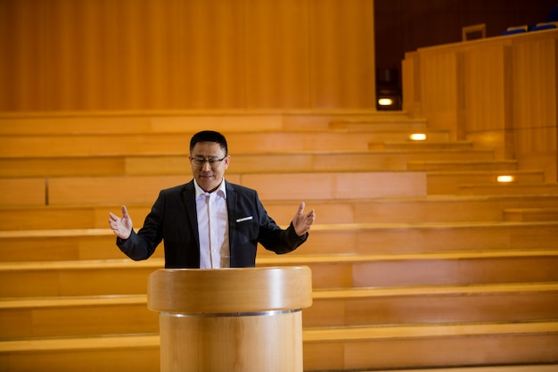 Male business executive giving a speech Free Photo