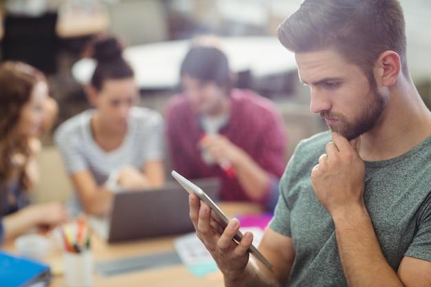 Мужской бизнес исполнительной, используя цифровой планшет Бесплатные Фотографии