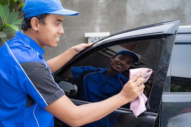 Мужской работник службы очистки автомобилей стиральная черный автомобиль Premium Фотографии