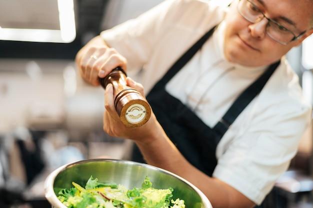 Insalata di condimento chef maschio Foto Gratuite