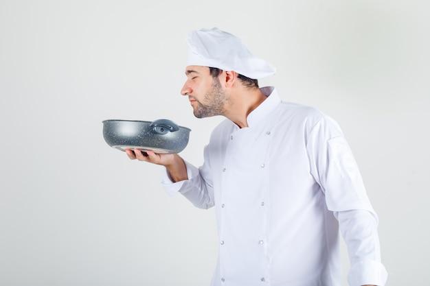 白い制服を着たパンで食事の臭いがする男性シェフ 無料写真