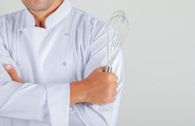 Cuoco unico maschio nella tenuta uniforme frusta con le braccia incrociate Foto Gratuite
