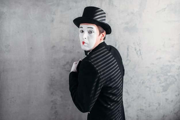 男性コメディアーティストポーズ、サーカス俳優 Premium写真