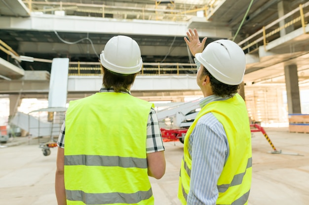 Male construction worker and engineer Premium Photo