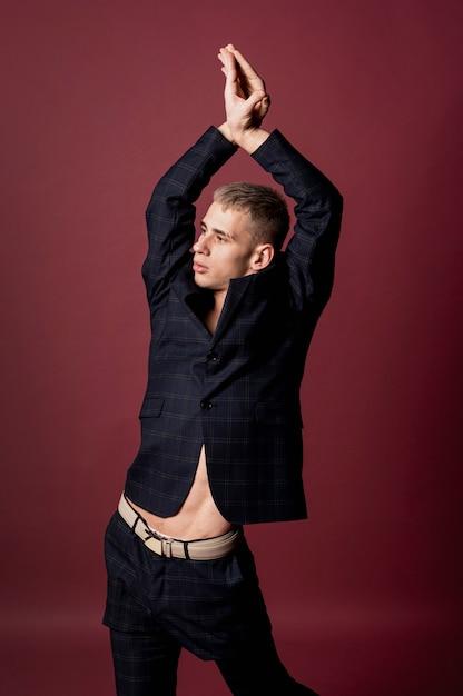 Мужской танцор позирует в костюме без рубашки Бесплатные Фотографии
