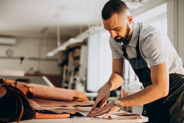 工場で働く男性デザイナーと革の仕立て屋 無料写真