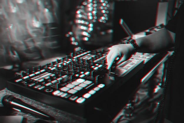 남성 Dj는 파티에서 나이트 클럽에서 전문 음악 컨트롤러에서 전자 음악을 혼합합니다. 프리미엄 사진