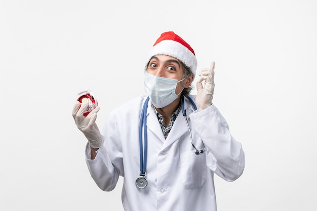 新年のツリーおもちゃウイルス健康covidを保持している男性医師 無料写真