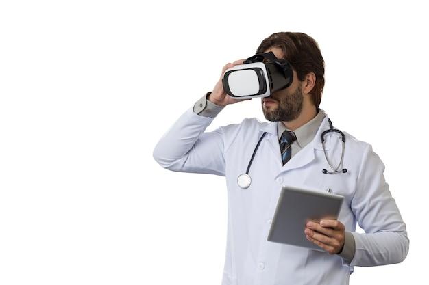 Medico maschio utilizzando occhiali per realtà virtuale su uno spazio bianco. Foto Gratuite