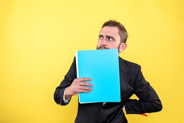 중요한 문제에 대한 해결책을 찾으려고 노력하는 남성 임원 무료 사진