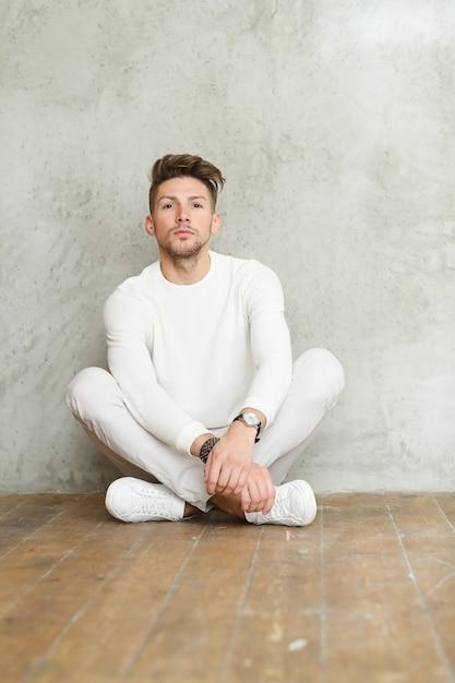 木の床、若い男のポーズで男性のファッション 無料写真