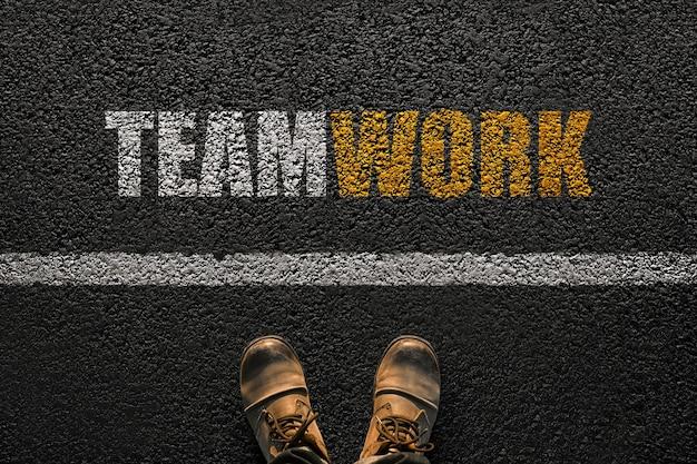 Мужские ноги с обувью на асфальте с линией и текстом совместной работы, вид сверху. выбор совместной работы и совместной работы. менеджер стоит выбрать, концепция Premium Фотографии