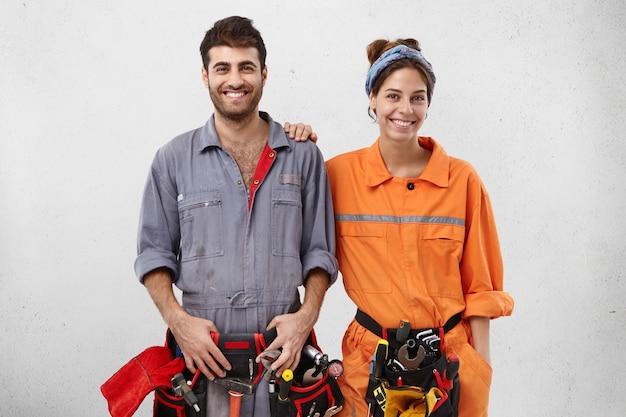 Lavoratori di sesso maschile e femminile che indossano abiti da lavoro Foto Gratuite