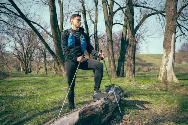 自然の中で屋外を歩く男性フィットアスリート。 無料写真
