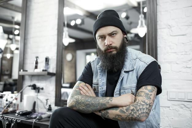 Il parrucchiere maschio in un negozio di barbiere Foto Gratuite