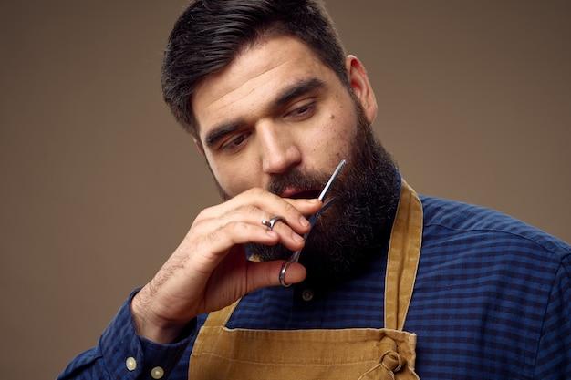 Мужской парикмахер стрижка бороды ножницами профессиональные модные Premium Фотографии