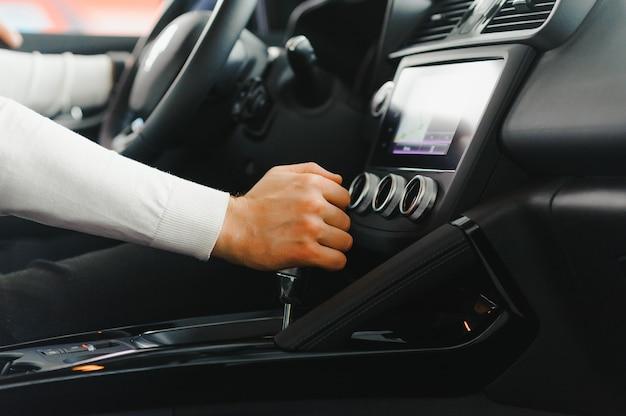 車のトランスミッションのシフトレバーに男性の手 Premium写真