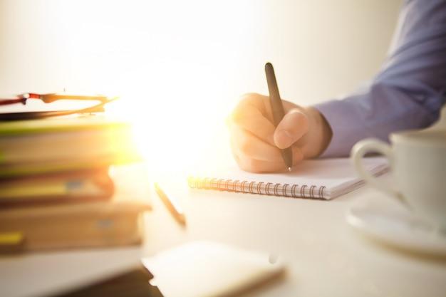 Мужская рука с ручкой и чашкой Бесплатные Фотографии