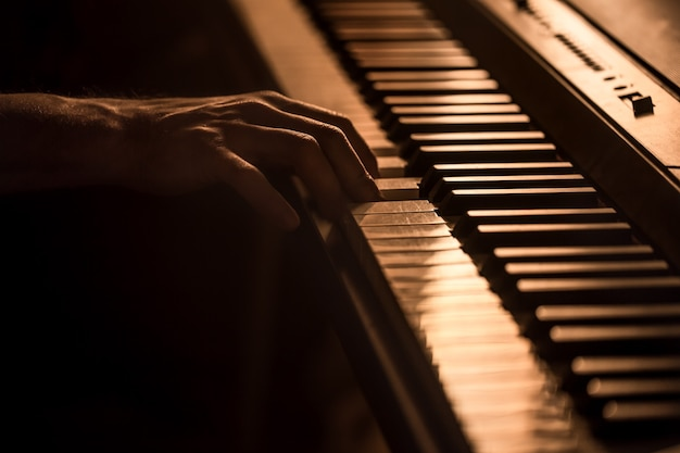 Мужские руки на клавишах пианино крупным планом красивый красочный фон, концепция музыкальной деятельности Бесплатные Фотографии