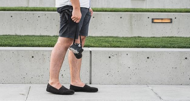 Мужчина держит камеру в отпуске Бесплатные Фотографии