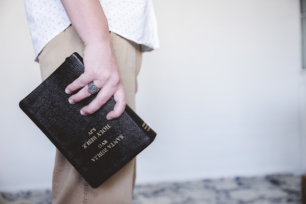 Мужчина держит библию Бесплатные Фотографии