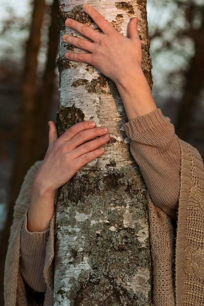 Modello maschio che abbraccia un albero Foto Gratuite