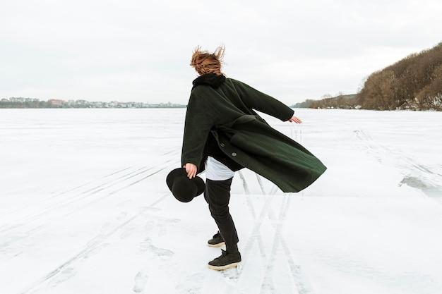 대낮에 겨울 옷을 입고 포즈를 취하는 남성 모델 무료 사진