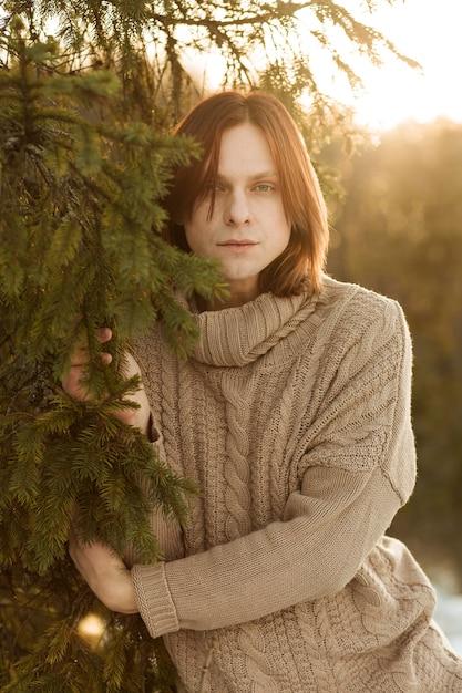 Modello maschile in posa all'aperto Foto Gratuite