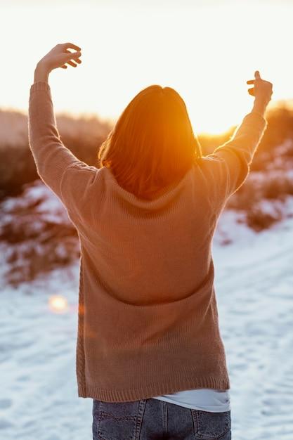 Modello maschile in posa in abiti invernali Foto Gratuite