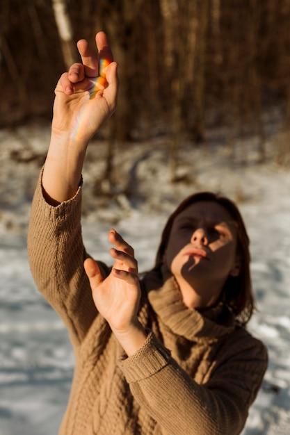 Modello maschile in posa in inverno Foto Gratuite