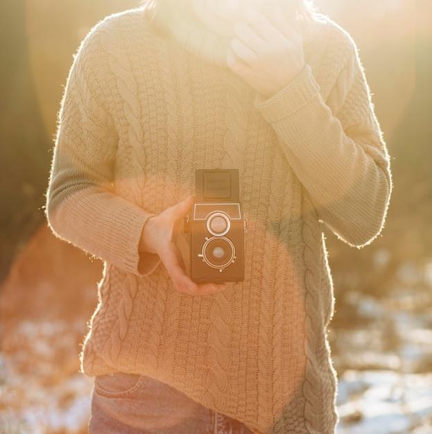 Modello maschile utilizzando una fotocamera retrò Foto Gratuite