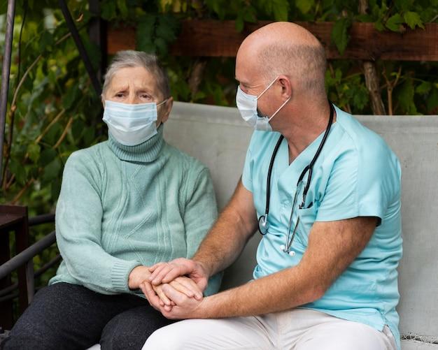 Медсестра, держащая руки старшей женщины Бесплатные Фотографии