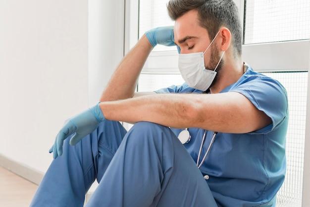 Медсестра делает перерыв после долгой смены Бесплатные Фотографии