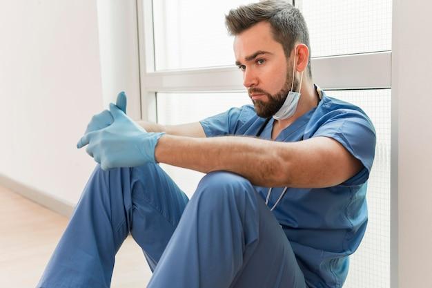 手術用手袋をした男性看護師 無料写真