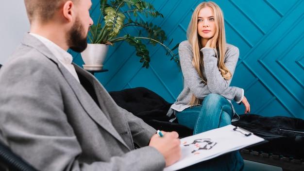 彼女の患者の男性心理学者診断インクブロットテストロールシャッハ Premium写真