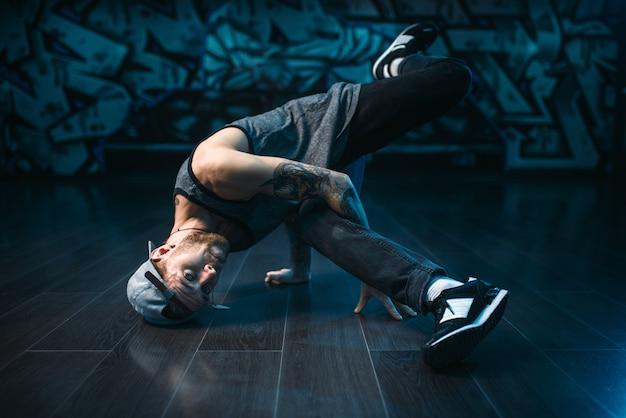 Мужской рэпер в танцевальной студии, модный образ жизни Premium Фотографии