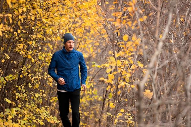 Мужчина бежит по тропе в лесу Бесплатные Фотографии