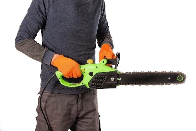 주황색 보호용 섬유 장갑에 남성 톱밥 손이 새로운 전기 톱을 들고 프리미엄 사진