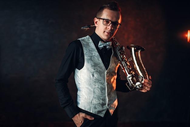Саксофонист с саксофоном, джазмен с саксофоном Premium Фотографии