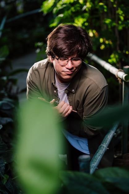 Мужской ученый прячется в чащу. концепция охраны природы. Бесплатные Фотографии
