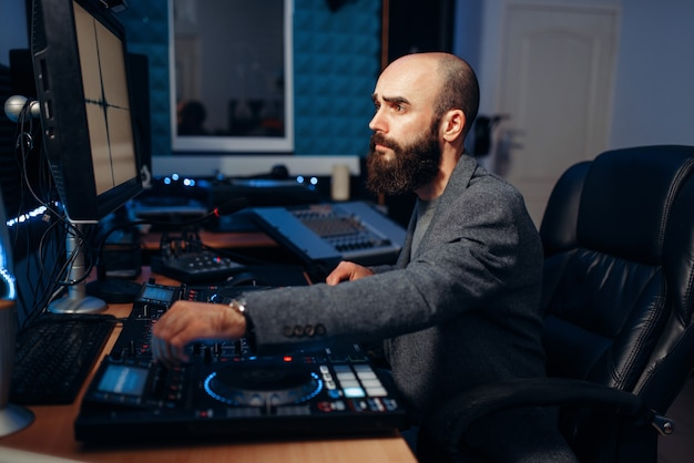 Мужской звуковой редактор в студии звукозаписи Premium Фотографии