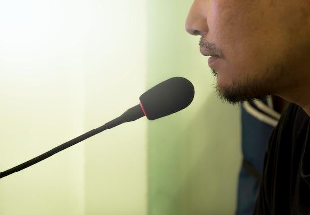Мужской речь с микрофоном Premium Фотографии