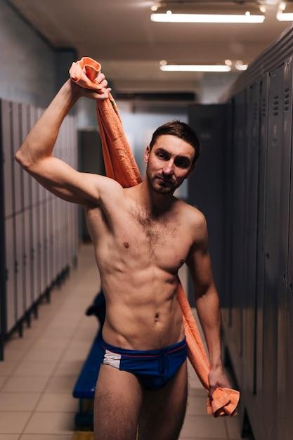Nuotatore maschio che si asciuga con l'asciugamano Foto Gratuite