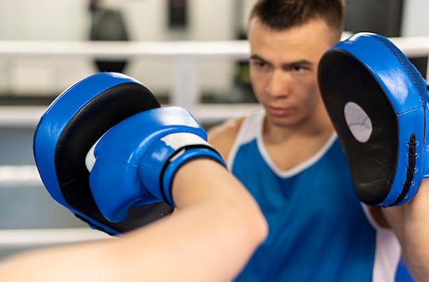 ボクシングを教える男性トレーナー 無料写真