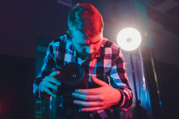 Male videographer with gimball video slr, portrait. Premium Photo