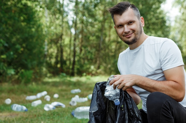 A male volunteer holding a garbage Premium Photo
