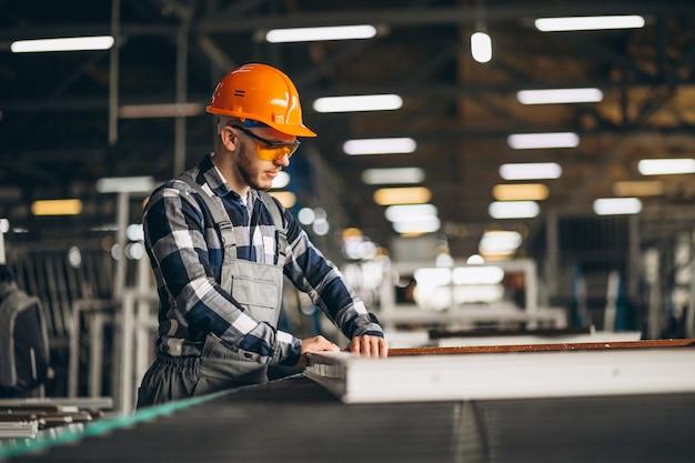 공장에서 남성 노동자 무료 사진